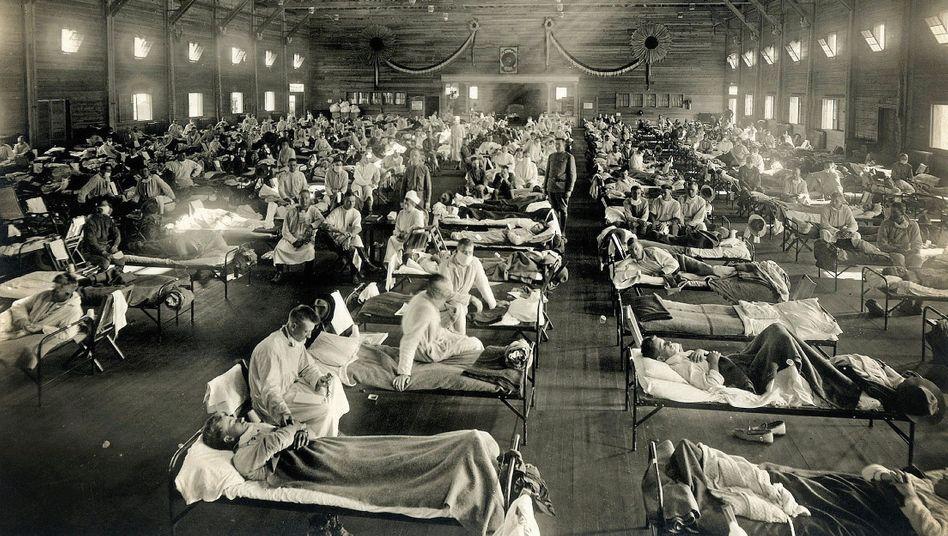 Soldaten in Armeelazarett im US-Bundesstaat Kansas 1918:Die Patienten litten an hohem Fieber, Kopfschmerzen, Husten
