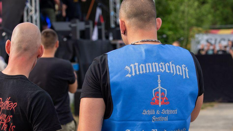 """Ein """"Zuwanderungskritiker"""" und ein """"tieftrauriger Bürger"""" auf einem Rechtsrockfestival"""