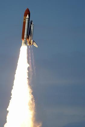 Perfekter Start: Die Discovery rast dem Bilderbuch-blauen Himmel entgegen