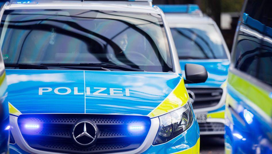 Polizeiautos in Duisburg: Aufkleber an der Sonnenblende
