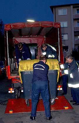 Die Frankfurter Feuerwehr stellt in der Nähe der Kreuzung Stresemannallee/Moerfelder Landstraße Müllcontainer sicher. Hier soll der Junge entführt worden sein.