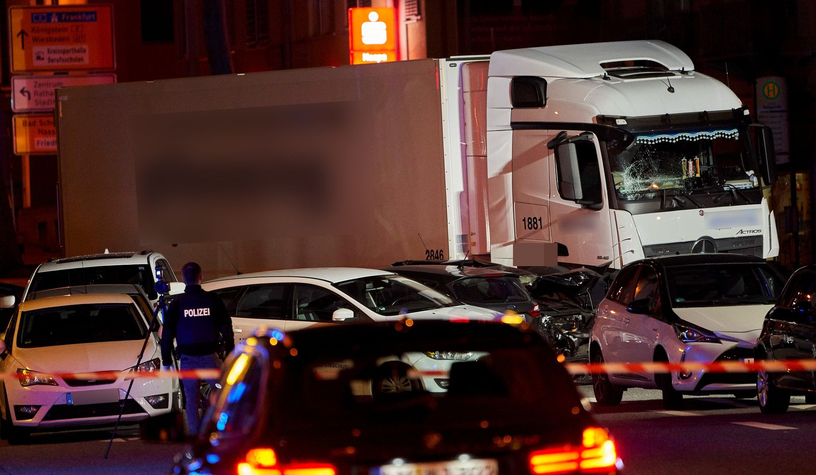 Lastwagen f?hrt auf Fahrzeuge auf - Ein Schwerverletzter