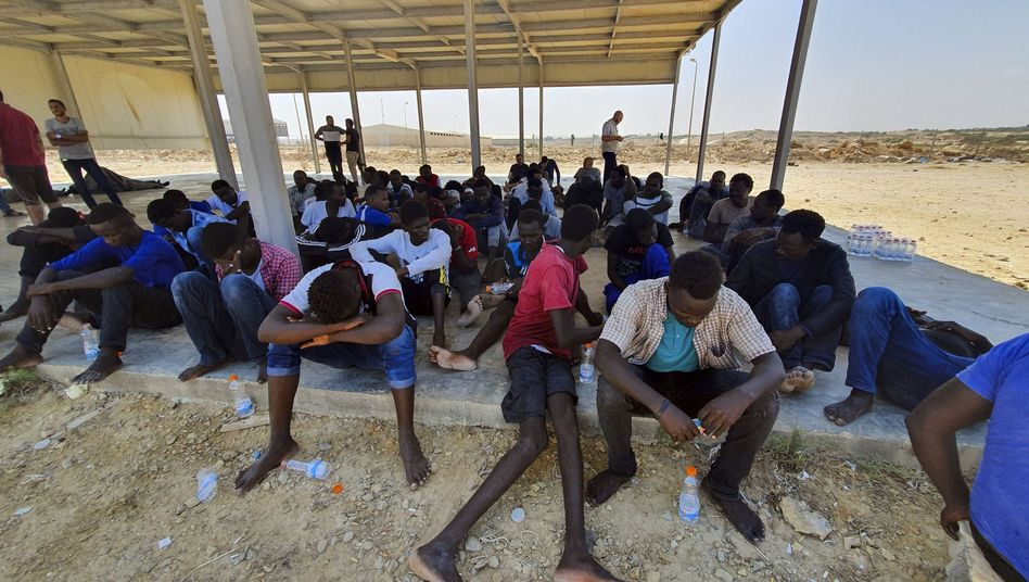 Folter, Vergewaltigungen, Menschenhandel: aus dem Mittelmeer gerettete Migranten an der libyschen Küste