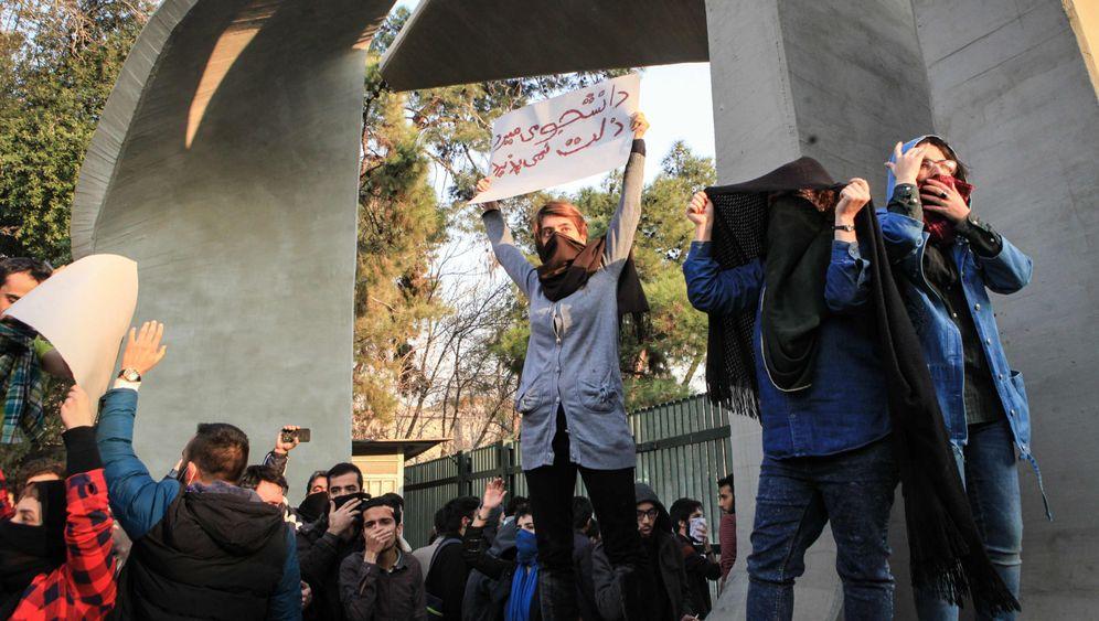 Proteste gegen das Regime: Gewalt auf Irans Straßen