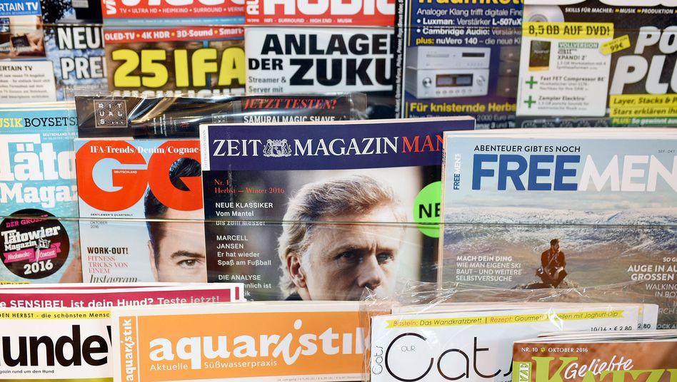 Zeitschriftenregal mit Männer-Titeln