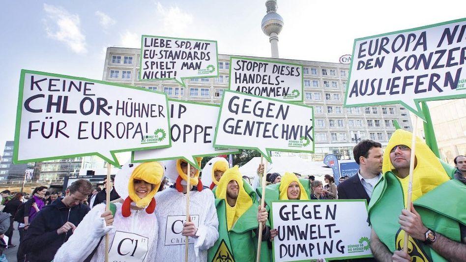 Protest gegen TTIP-Abkommen in Berlin Gilt Tierwohl künftig als Handelshemmnis?