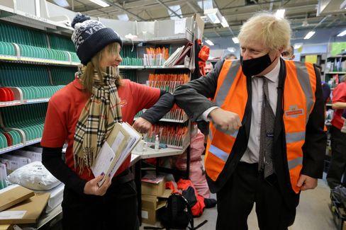 Boris Johnson beim Besuch einer Postfiliale in London