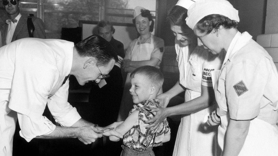 Zunächst gab es eine Polio-Impfung per Spritze (Foto aus dem Jahr 1954, USA), kurz darauf kam die Schluckimpfung