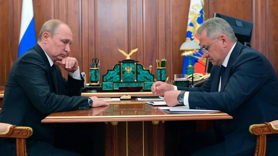 Präsident Putin und Verteidigungsminister Sergej Schoigu am Dienstag bei ihrem Treffen im Kreml