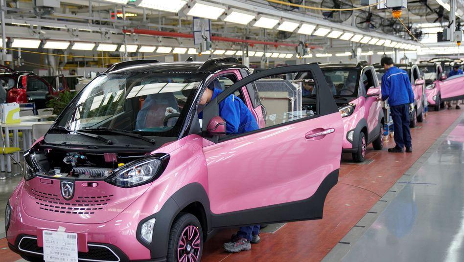Arbeiter in einer Fabrik für Elektroautos von General Motors in China
