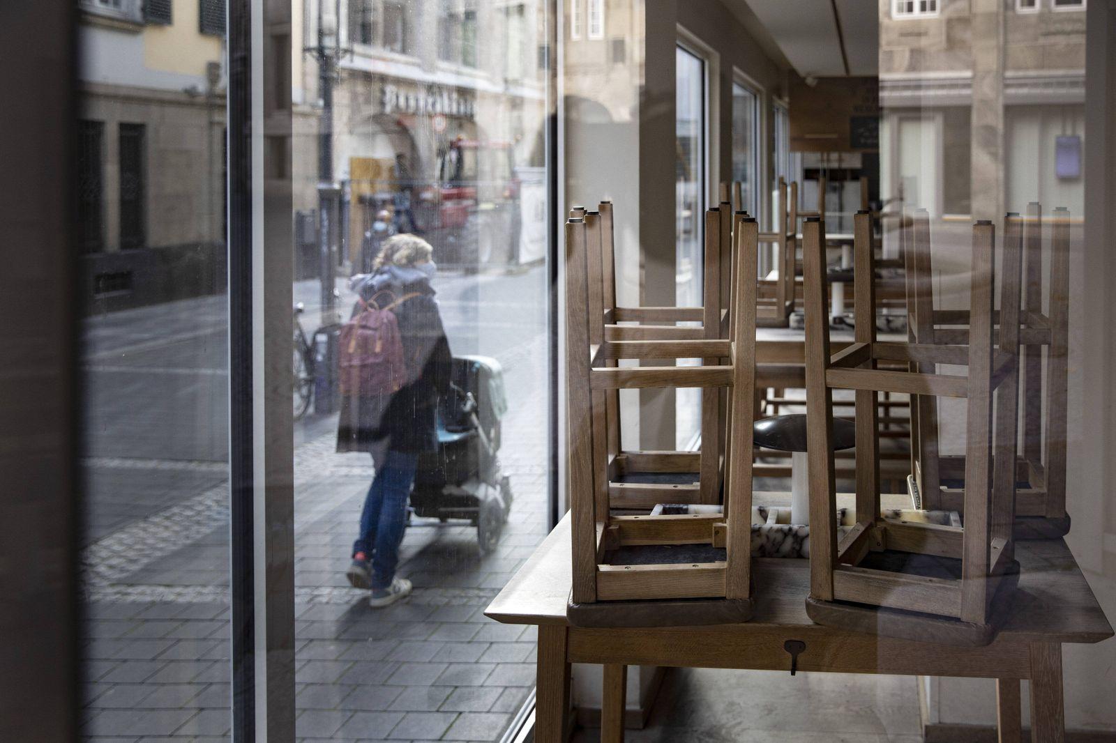 Geschlossenes Restaurant der Firma Vapiano in Bonn, den 03.11.2020. Bonn Deutschland *** Closed restaurant of the compan