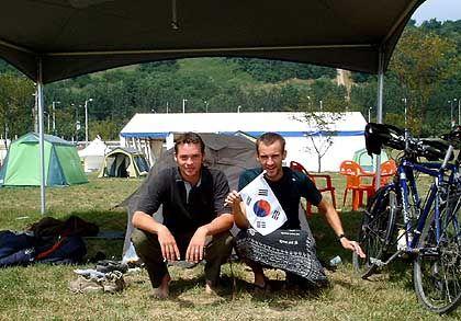 Auf dem Campingplatz in Seoul: Felix und Kevin schwenken taktvoll ein WM-Fähnchen