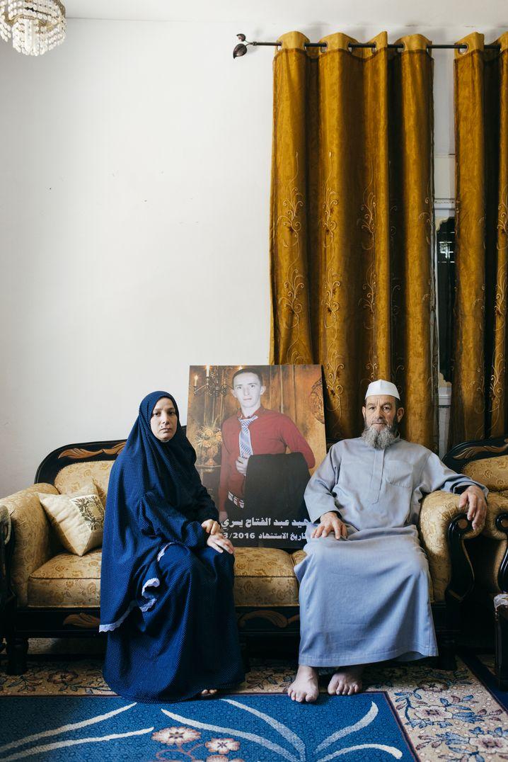 Mutter und Großvater des getöteten Sharif in ihrem Wohnzimmer in Hebron