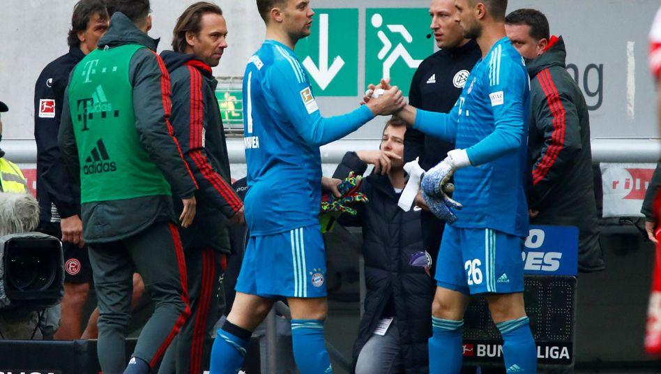 ??bergabe: Manuel Neuer (l.) und Ersatzmann Sven Ulreich