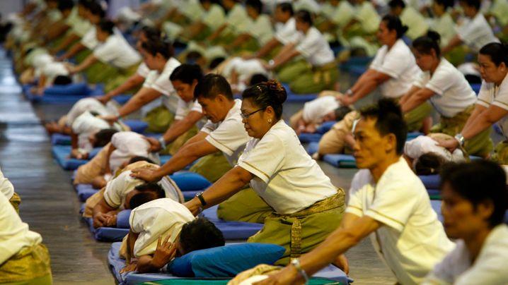 Massage für die Masse: 641 linke Oberarme im Gleichtakt geknetet