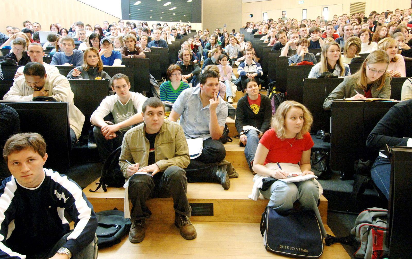 überfüllter Hörsaal / Uni Halle