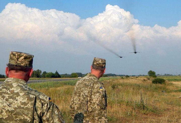 Ukrainische Soldaten, Kampfjets