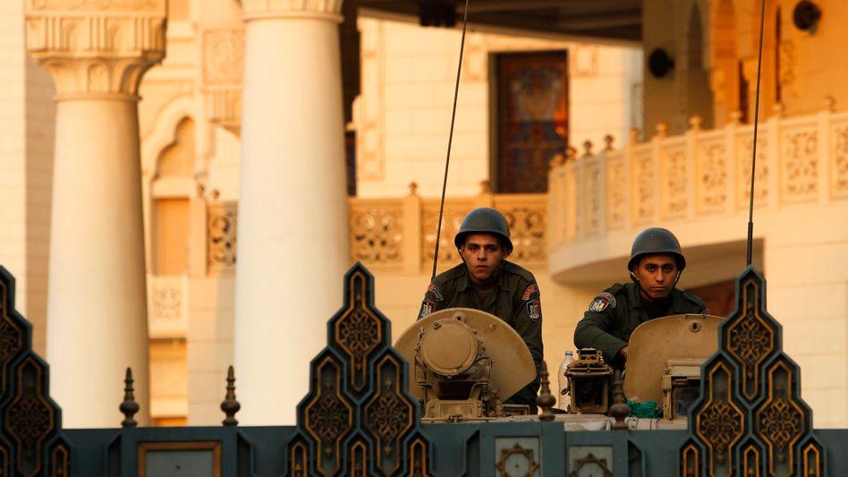 Soldaten vor dem Präsidentenpalast in Kairo: Zweite Referendumsrunde am Samstag