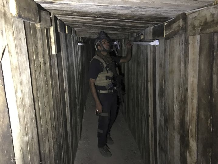 Irakischer Soldat in einem IS-Tunnel in Bartella