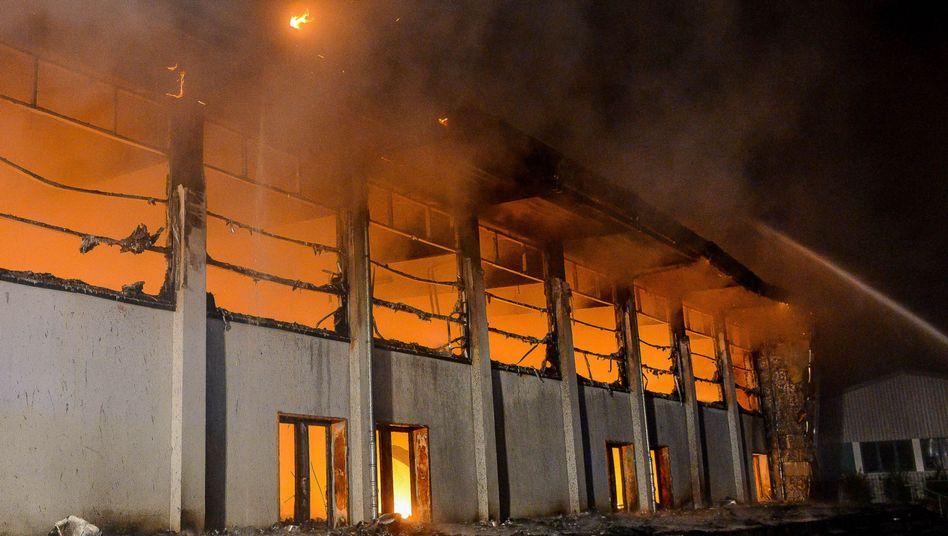 Brennende Sporthalle in Nauen (Brandenburg): Als Notunterkunft für etwa hundert Flüchtlinge geplant