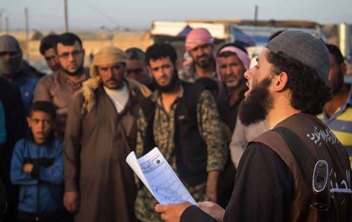 IS-Polizist mit Bewohnern der syrischen Stadt Rakka: Urteilsverkündung
