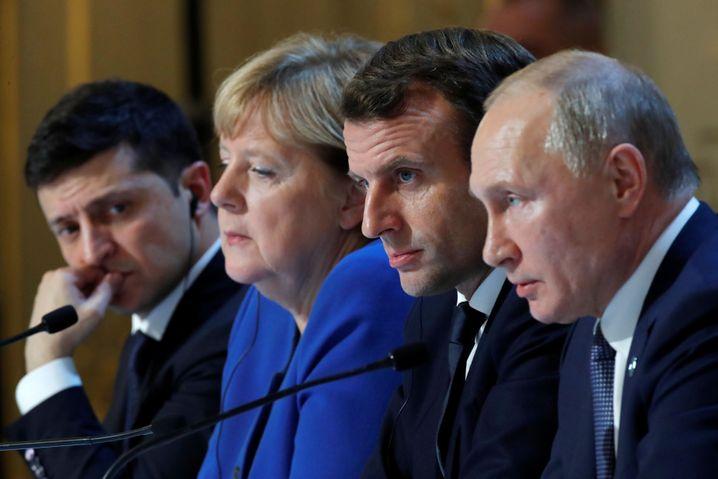 Ukraines Präsident Selenskyj, Kanzlerin Merkel, Frankreichs Präsident Macron und Russlands Präsident Putin auf dem Ukraine-Gipfel in Paris