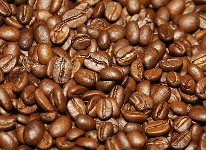 Kaffeebohnen: Ab der siebten Tasse, so Forscher der Universität Durham, kann es zu Halluzinationen kommen. Vor allem die Finanz- und die Kreativindustrie sind von diesem Problem betroffen