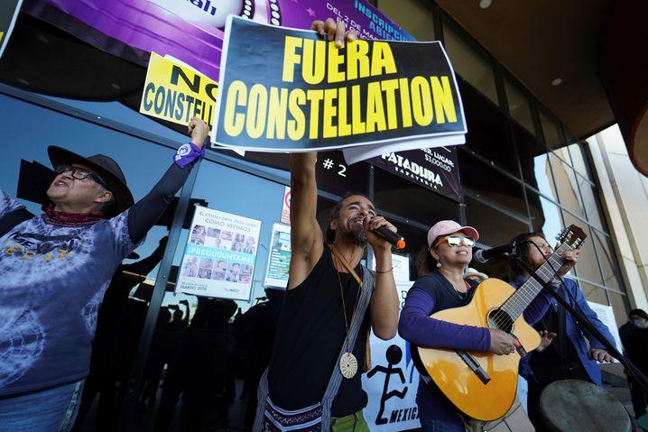 Menschen protestieren in Mexicali gegen die Inbetriebnahme der US-Brauerei