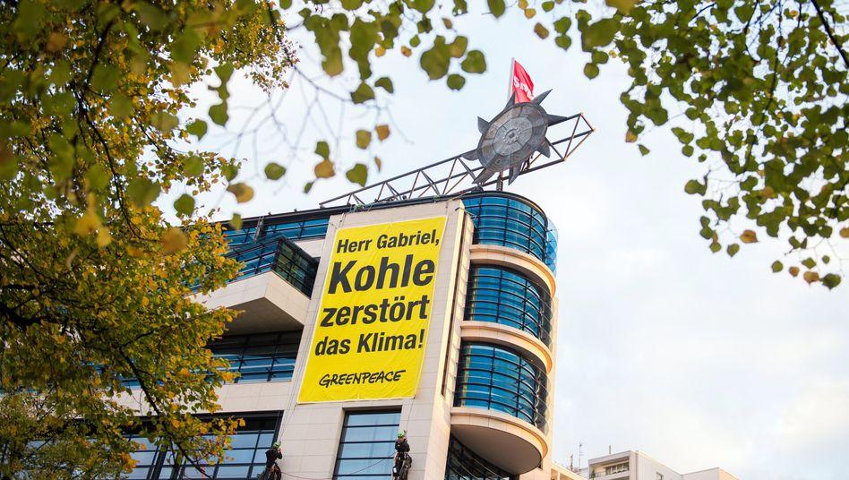 """Greenpeace-Aktion auf der SPD-Zentrale: """"Herr Gabriel, Kohle zerstört das Klima"""""""