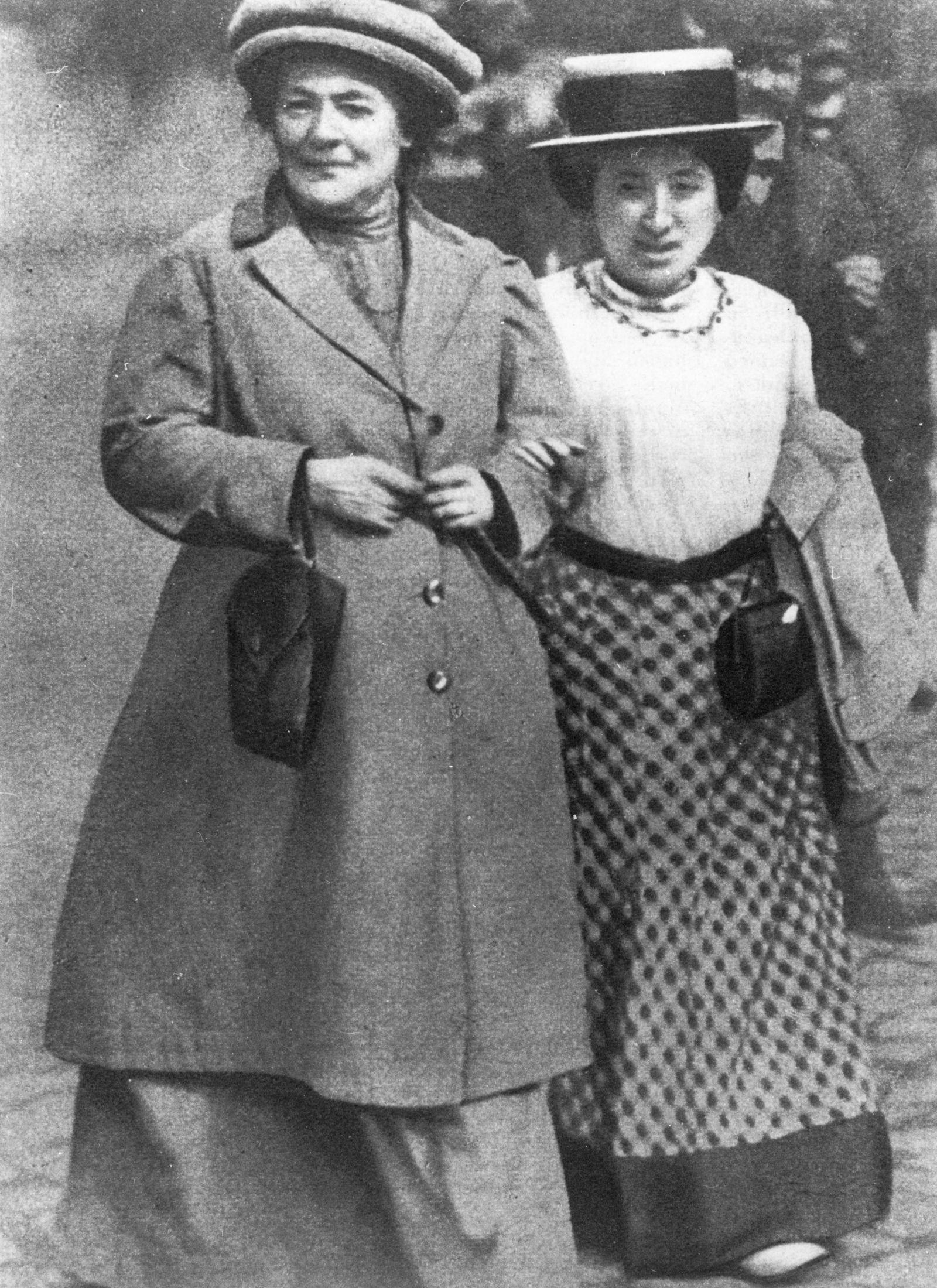 Clara Zetkin Arm in Arm mit Rosa Luxemburg