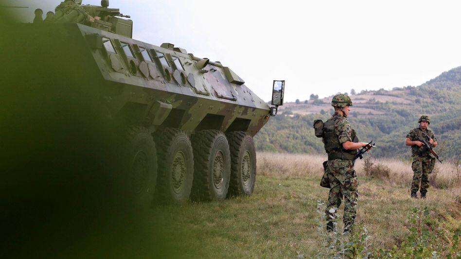 Serbische Soldaten in der Nähe der Grenze zum Kosovo