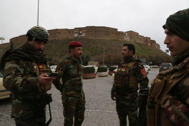Alarmiert: Kurdische Peschmerga-Kämpfer in Arbil