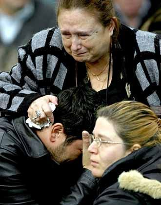 Angehörige trauern um die Toten