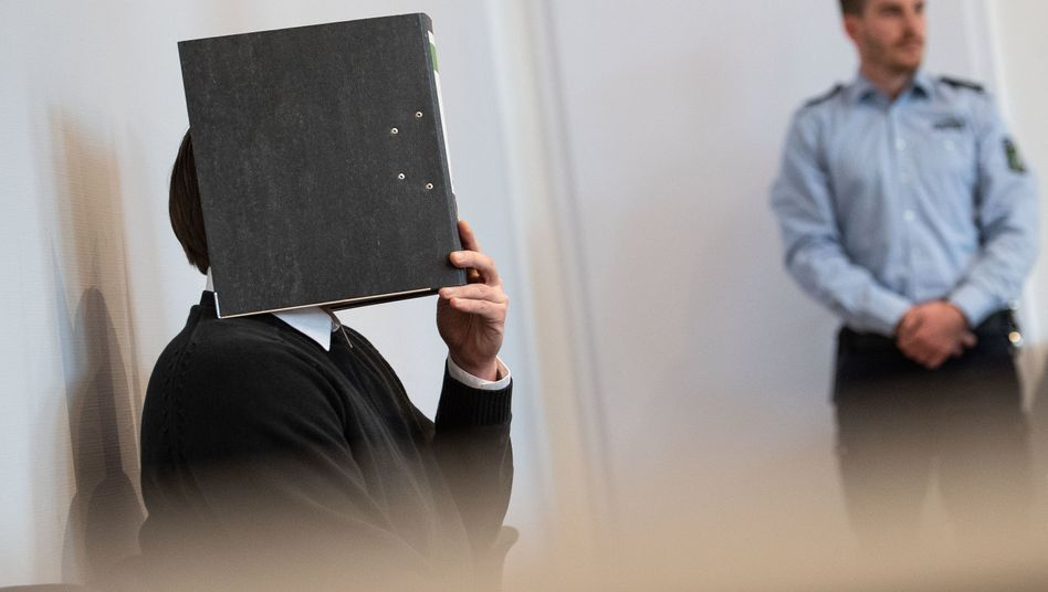 Angeklagter im Amtsgericht Mönchengladbach: Der Mann vergewaltigte eine junge Frau in einem Fanzug.