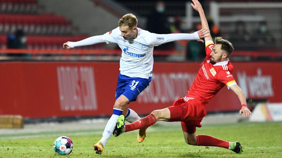 Schalkes Timo Becker im Zweikampf mit Robert Andrich