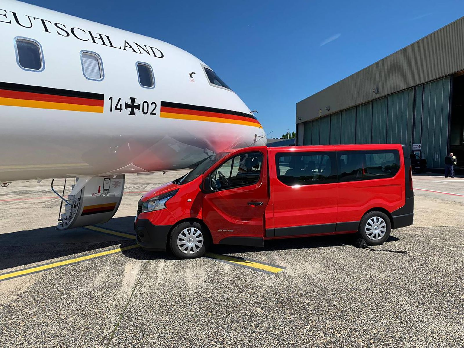 EINMALIGE VERWENDUNG Bus rammt Kanzler-Jet
