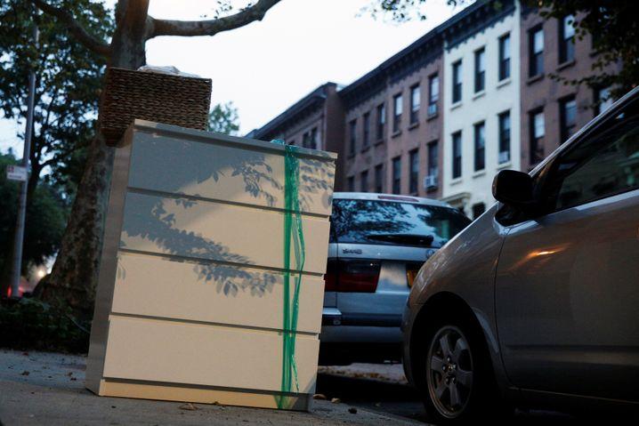 """Mitunter wird """"Malm"""" auch zur Bewachung von Autos eingesetzt. Allerdings muss man vorher, um die Kommode """"scharf"""" zu machen, das grüne Sicherheitsband entfernen."""