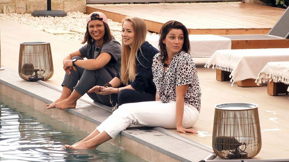 »Princess Charming«-Kandidatinnen Miri, Sarina und Bine: Geplänkel am Pool