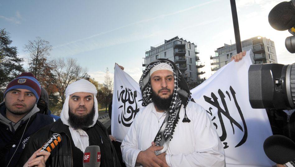 Demo gegen Burka-Verbot: Lies Hebbadj mit Unterstützern vor dem Gericht in Nantes