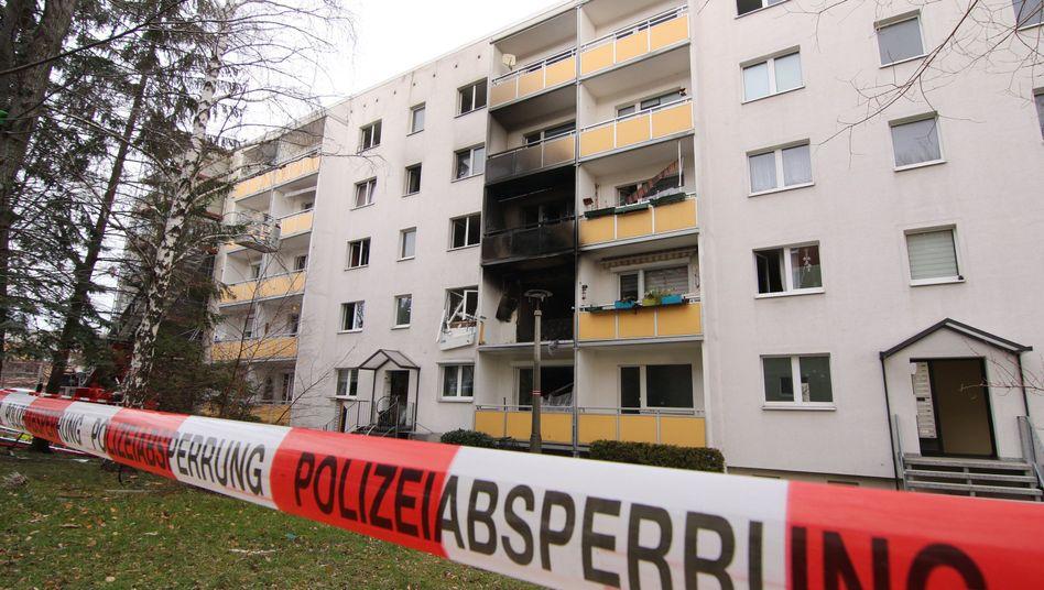 Blankenburg: Schwarz verrußt sind Balkone eines Mehrfamilienhauses nach einer Explosion