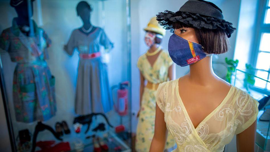 Modepuppe mit Atemschutzmaske: besser die Do-it-yourself-Lösung