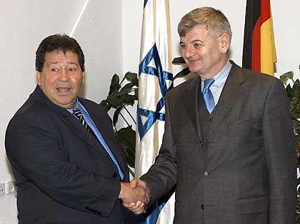 Außenminister Fischer und Israels Verteidigungsminister Ben-Elieser in Februar in Tel Aviv: Kühlen die Beziehungen ab?