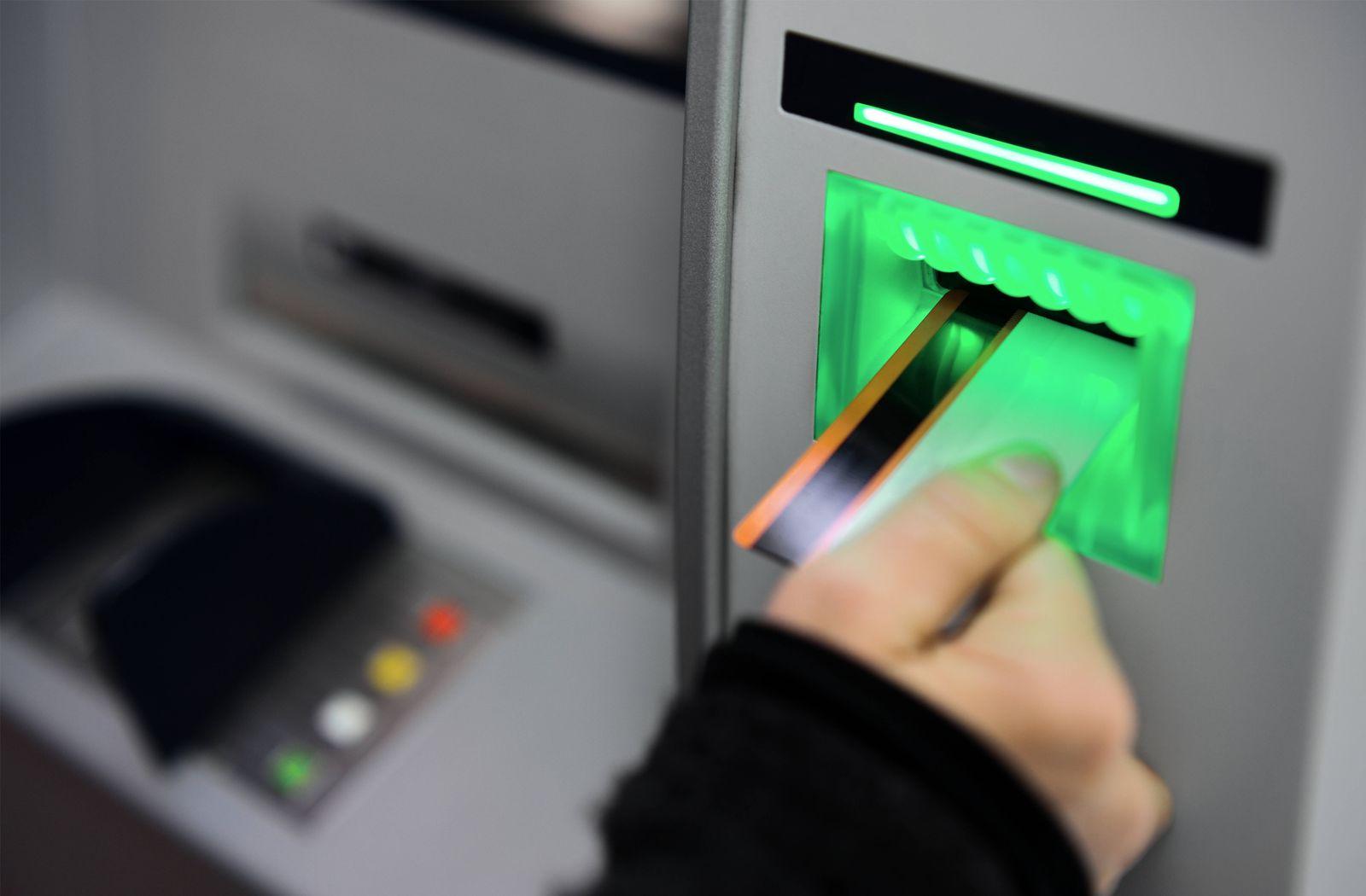 abheben,geldautomat,bankkarte *** take off,atm,bank card ke7-ggn NUR F?R REDAKTIONELLE ZWECKE/EDITORIAL USE ONLY ,model