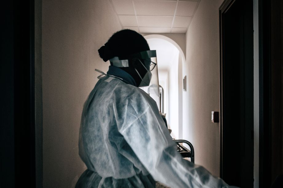Nonne Nadegé Ki versorgt die in einem separaten Klostertrakt untergebrachten infizierten Mitschwestern
