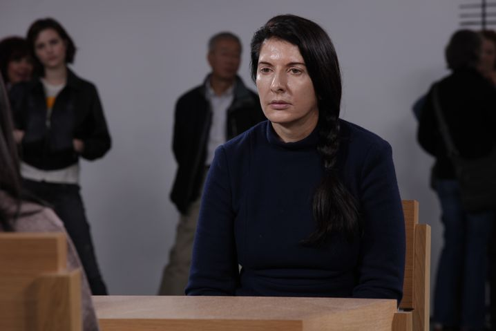 """Der Künstlerin ins Gesicht blicken: Marina Abramovic während ihrer Performance """"The Artist Is Present"""""""