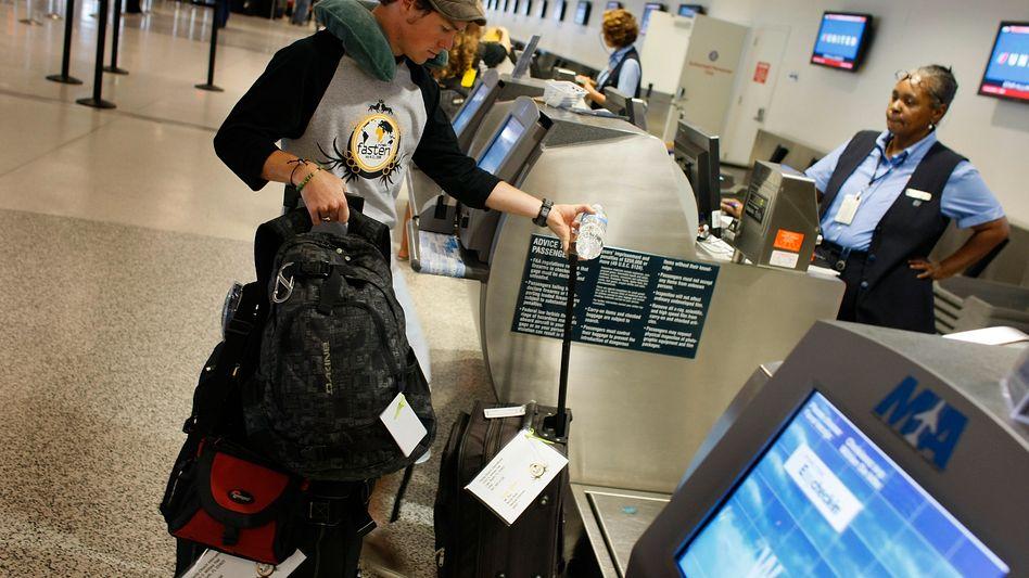 Flugpassagier beim Einchecken (in Miami, 2008)