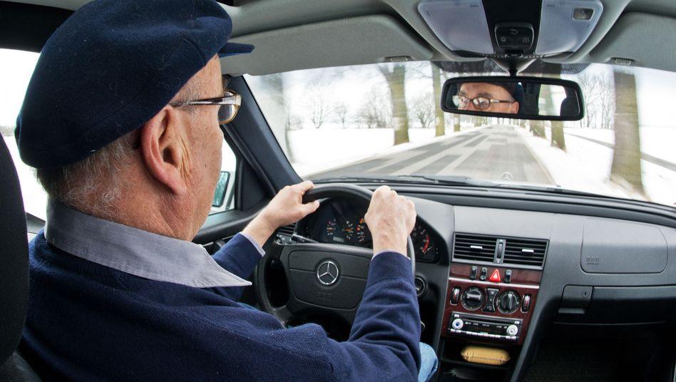 Rentner am Steuer: Versicherer verlangen höhere Beiträge bei älteren Autofahrern