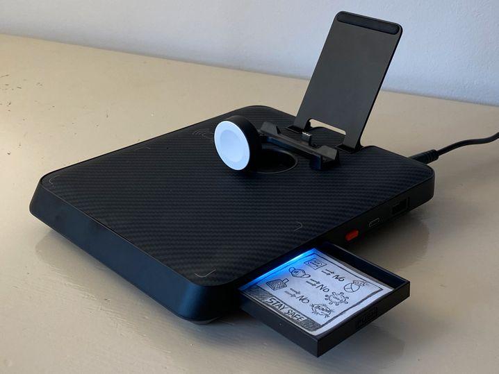 Die Air Omni ist auch ein bisschen verspielt. Dass sich das Apple-Watch-Ladegerät per Knopfdruck ausfahren lässt, ist dabei noch sinnvoll - die beleuchtete Mini-Schublade eher nicht