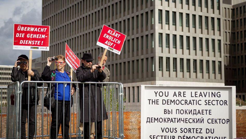 Protest gegen Überwachung am BND-Sitz in Berlin (Archivbild): Provider müssen Daten überspielen