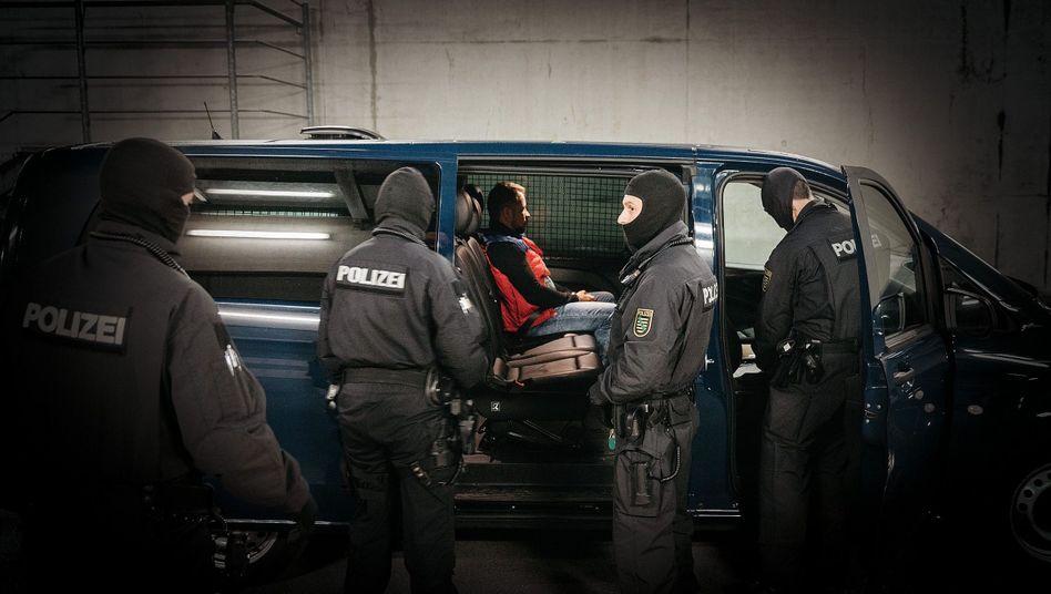 Rückführung: Polizisten in Dresden bei Abschiebung eines tunesischen Häftlings 2017